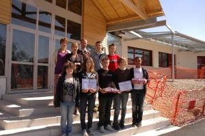 Photo des élèves de 3°A et 3°B reçus premiers au CNRD 2011, photographie prise devant le nouveau preau du collège des Villanelles le 13 mai 2011